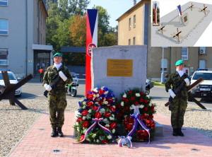 Slavností odhalení pietního místa v Žižkových kasárnách v Olomouci. Ve výřezu nákres pietního místa.