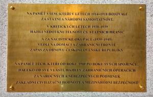 Text na mosazné desce umístěné na žulovém obelisku v Žižkových kasárnách v Olomouci.