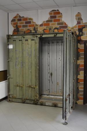 Výstavba posádkového muzea u 14. pluku logistické podpory Pardubice. Vstup do muzea byl vytvořen rozřezáním vyřazeného přepravního kontejneru, který používali příslušníci českého NSE (National Support Element) v zahraničních misích AČR v Afghánistánu. V levém horním rohu je možné ještě přečíst nápis NSE 2.