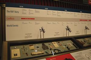 S několikaletým předstihem připravovali kurátoři muzea drobné dotýkané předměty, které dokumentují stoletou historii Královského letectva, aby je v loňském roce představili v nové expozici. FOTO: Jaroslav Beránek