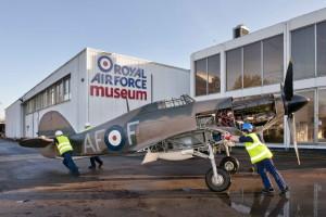 Letoun Hawker Hurricane Mk I, s nímž piloti 607. perutě RAF operovali během Bitvy o Británii v okolí řeky Clyde, se stěhuje do expozice věnované stíhacímu letectvu.  FOTO: RAF Museum