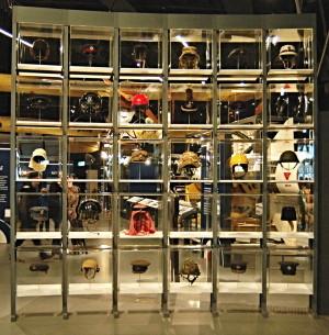 V úvodu nové expozice přivítají návštěvníky vitríny s nejrůznějšími druhy pokrývek hlav, jež příslušníci RAF nosili v různých dobách a na rozličných místech. FOTO: Jaroslav Beránek