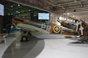 Supermarine Spitfire Mk IA. Vystavenou stíhačku pilotoval během poslední fáze Bitvy o Británii Pilot Officer J. S. Hill, který se 21. října 1940 podílel na sestřelení německého bombardéru Junkers Ju 88. FOTO: Jaroslav Beránek