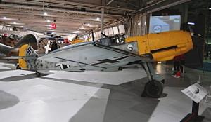 Německá stíhačka Messerschmitt Bf 109E. Vystavený stroj byl jeden ze šesti, které v roce 1940 nouzově přistáli na půdě Spojeného království. V letech 1941 až 1943 pak Britové tento stroj testovali.  FOTO: Jaroslav Beránek