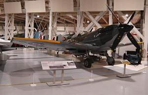 V hangáru, v němž jsou vystavena stíhací letadla, můžeme obdivovat i stroj Supermarine Spitfire LF.XVIE, který přišel do služby v RAF koncem druhé světové války. FOTO: Jaroslav Beránek