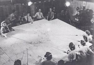 """Pohled na obří mapu operačního prostoru 11. skupiny Stíhacího velitelství, na níž podle aktuální situace posunují """"wafky"""" dřevěné značky jednotlivých perutí. Právě """"wafky"""", tedy příslušnice Ženských pomocných sil Královského letectva, jsou v britské literatuře často označovány jako """"neopěvované hrdinky""""."""