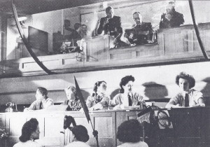 Velící důstojníci a telefonistky z pohledu od mapy operačního prostoru. Oba snímky jsou převzaty z publikace Alfred PRICE, Blitz on Britain 1939– 1945. Sutton Publishing, Stroud 2000, s. 8.