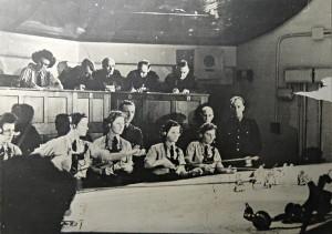 Tato fotografie, zachycující podzemní velitelství v roce 1941, je dnes součástí malé expozice v zázemí bunkru.