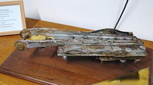 """Část z letounu De Havilland Mosquito 627. perutě, který 19. září 1944 havaroval nedaleko holandského města Steenbergen. Oba letci, pilot Wing Commander Guy Penrose Gibson, VC, DSO a DFC, a navigátor Squadron Leader James Brown Warwick, DFC, při havárii zahynuli a jsou pohřbeni na místním hřbitově. Guy Gibson proslul především jako velící důstojník operace Chastise – náletu bombardérů Avro Lancaster na německé přehrady na řece Ruhr. I proto stojí ve Steenbergenu Dambusters Memorial Park, který slavnostně odhalil 7. května 1990 Group Captain Leonard Cheshire, VC, OM, DSO & Two Bars, DFC, jeden z """"dambustrů"""". Po obou britských letcích jsou také v holandském městečku pojmenovány ulice – Gibsonstraat a Warwickstraat. FOTO: Jaroslav Beránek"""