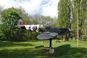 """Vchod do bunkru """"střeží"""" také replika stíhačky Supermarine Spitfire Mk IX v barvách 33. perutě.  FOTO: Jaroslav Beránek"""