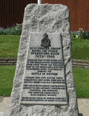 Památník, který připomíná klíčovou roli bunkru během Bitvy o Británii, stojí nedaleko od jeho vchodu. V roce 1958 jej odhalil Air Chief Marshal Sir Hugh Dowding (1882–1970). FOTO: Jaroslav Beránek