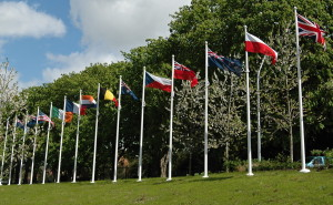 Při vchodu do areálu vlají původní vlajky všech států, jejichž příslušníci se na straně Spojeného království zúčastnili Bitvy o Británii. Mezi 14 vlajkami tak nechybí ani ta československá. FOTO: Jaroslav Beránek
