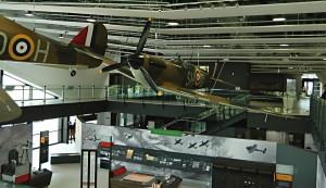 Muzejní hale návštěvnického centra dominují další repliky stíhacích letounů Spitfire Mk I a Hurricane Mk I. FOTO: Jaroslav Beránek