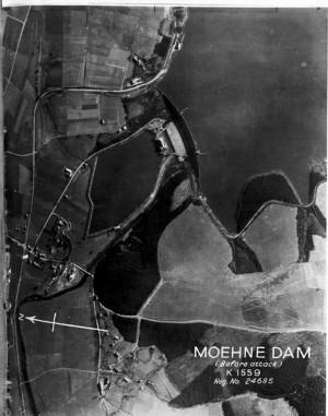 Letecký snímek na přehradu Möhne před náletem. FOTO: RAF Museum