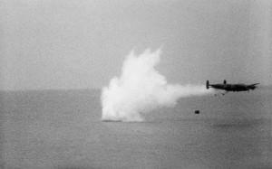 """Avro Lancaster při nácviku svržení """"Wallisovy pumy"""". FOTO: RAF Museum"""
