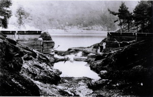 Pohled na poničenou přehradu ve Walesu po cvičném náletu. FOTO: RAF Museum
