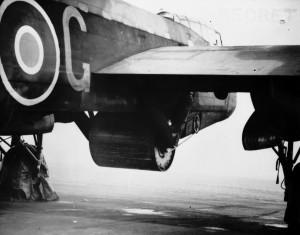 Wallisova puma zavěšená pod bombardérem Avro Lancester. FOTO: RAF Museum