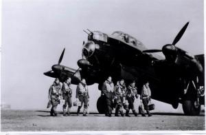 Jedna z posádek 617. peruti před svým Lancasterem. FOTO: RAF Museum
