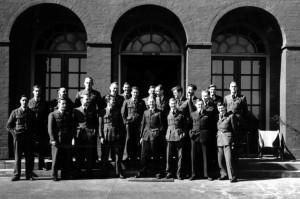 Přeživší členové 617. peruti  stojí před důstojnickou jídelnou na letišti Scampton poté, co posnídali po návratu z útoku. Na snímku nejsou zachyceni ti, kteří v té chvíli již spali v posteli. FOTO: RAF Museum