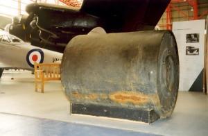 """Wallisovu """"skákající"""" pumu vlastní Letecké muzeum IWM v Duxfordu nedaleko Cambridge. Válcovitá bomba váží 4195 kilogramů a Lancestery 617. perutě kvůli ní musely letět s otevřenými pumovnicemi. Zřejmě v důsledku válečné cenzury psal 18. května 1943 list The Times, že při útoku byly použity letecké miny vážící okolo 700 kilogramů.  FOTO: Jaroslav Beránek"""
