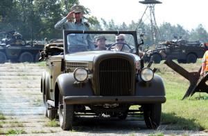 Ve voze Škoda jede brigádní generál Václav Kuchyňka - veterán druhé světové války
