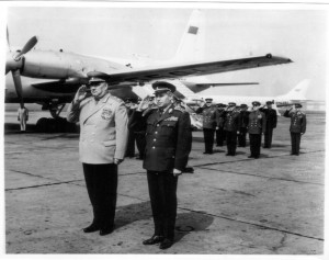 Ministr národní obrany generál Martin Dzúr vítá v létě 1968 na letišti Praha-Ruzyně maršála Ivana I. Jakubovského. Foto sbírka VHÚ.