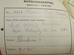 Avers lístku o vyproštění – dolní polovina, která nezůstávala u těla Legenda: Bergungszettel = vyprošťovací lístek mänlich – weiblich = mužský – ženský Nr. = číslo Name: (Wenn unbekannt, nicht ausfüllen) = Jméno: (Pokud není známo, nevyplňovat) Fundort = místo nálezu těla  Fundzeit = doba nálezu těla