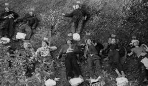 Oběti masakru v Bretschneiderově vile na Pankráci. Identifikační lístky mají připevněny v záhlaví.
