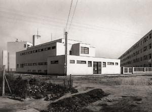 Jako provizorní márnice sloužily zejména kostely, ale například také funkcionalistická budova strojní prádelny sídliště Zelená liška od Antonína Černého