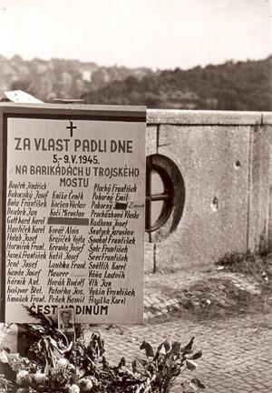 Již v květnu 1945 vznikaly provizorní pomníky padlým, jako byl tento na Trojském mostě