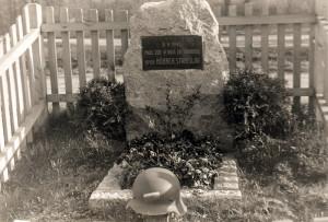 Postupně dostávaly pomníky trvalejší podobu, jako tento na Císařském ostrově v Praze 7, který se dochoval dodnes.