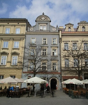 Dům číslo 28 na krakovském Hlavním náměstí. Od konce dubna do začátku července 1939 v něm byli ubytovaní první dobrovolníci československé zahraniční armády. Foto: J. Plachý