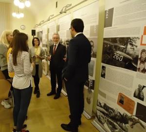 J. E. Ivan Jestřáb diskutuje se studenty bohemistiky Jagellonské univerzity v Krakově. Foto: J. Rajlich