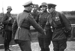 Setkání vojáků německého Wehrmachtu a sovětské Rudé armády na demarkační linii v poraženém Polsku v září 1939 (Foto:TASS)