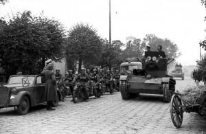 Sovětské tanky a německé motorizované jednotky před vítěznou přehlídkou v Brestu Litevském 22. září 1939 (Foto: Bundesarchiv)