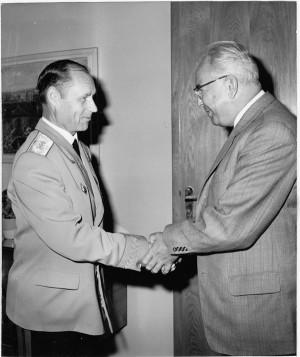Generálplukovník A. M. Majorov se loučí 9. srpna 1972 s generálním tajemníkem ÚV KSČ Gustávem Husákem při odchodu z funkce velitele Střední skupiny sovětských vojsk. Foto sbírka VHÚ.