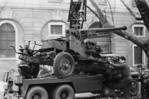 Nakládání 7,5 cm kanónu proti letadlům vz. 37 za účelem jeho převozu z Invalidovny do Kbel - počátek 70. let