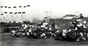 Polské lehké tanky Vickers E typu B na přehlídce před maršálem Piłsudským 4. prosince 1934, Varšava