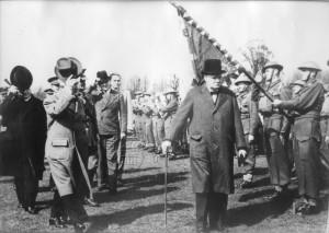 Winston Churchill, Edvard Beneš, patrně Msgr. Jan Šrámek a Averell Harriman u čs. nrigády v Moretonu nebo Leamington Spa, 19. dubna 1941