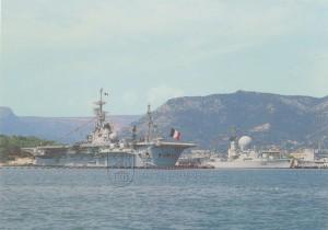 Francouzská letadlová loď třídy Clemenceau kotvící v Toulonu