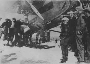 Příprava letounu Ford Trimotor na expedici kapitána Byrda na jižní pól - připevňování lyží k letadlu