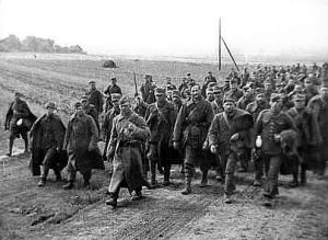 Kolona polských zajatců, eskortovaných rudoarmějci v září 1939 (TASS)