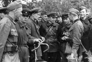 Setkání sovětských a německých vojáků východně od Brest-Litevsku v Polsku 20. září 1939 (Bundesarchiv)