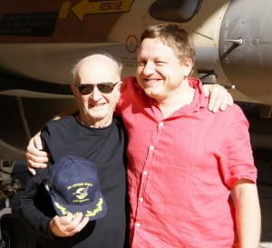 Jiří Rajlich a Nori Harel, který žil před válkou v ČSR a posléze pracoval jako letecký šéfmechanik a inženýr v izraelské armádě.