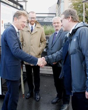Vlevo Nick Archer, britský velvyslanec v ČR, vpravo spoluautor výstavy Tomáš Jakl z VHÚ