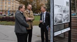 Zleva: spoluautor výstavy Tomáš Jakl z VHÚ, starosta Prahy 6 Ondřej Kolář a britský velvyslanec v ČR Nick Archer