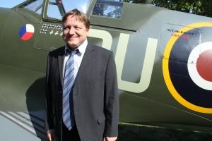 Jiří Rajlich před replikou letounu Supermarine Spitfire