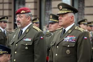 Současný náčelník GŠ AČR Aleš Opata (vlevo) a jeden z jeho předchůdců, Pavel Štefka