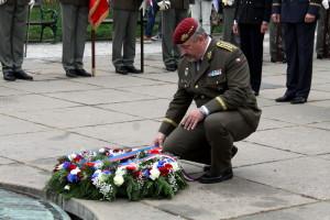 Vernisáži výstavy ke 100 letům existence Generálního štábu předcházel pietní akt u pomníku připomínající čs. vojáky bojující v zahraničí. Poctu vzdává náčelník GŠ AČR, armádní generál Aleš Opata