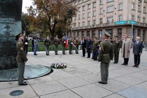 Vernisáži výstavy ke 100 letům existence Generálního štábu předcházel pietní akt u pomníku připomínající čs. vojáky bojující v zahraničí